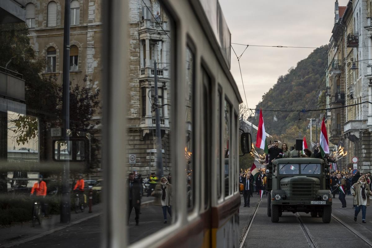 Budapest, 2018. október 22. Korabeli teherautó halad az 1956-os forradalom és szabadságharc emléknapja alkalmából tartott ünnepi fáklyás felvonulás résztvevõi elõtt a fõvárosi Friedrich Born rakparton 2018. október 22-én. MTI/Mónus Márton