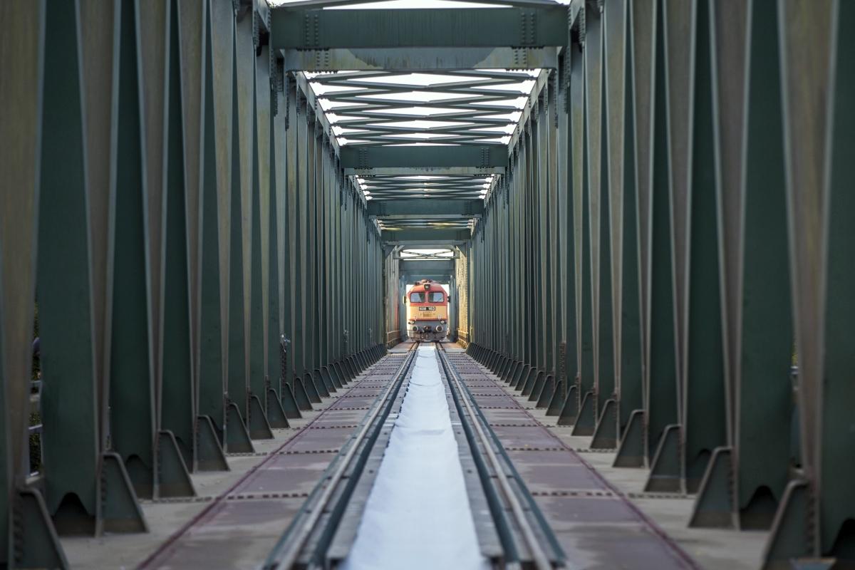 Algyõ, 2018. október 4. M-62-es mozdony az algyõi vasúti Tisza-hídon a Szeged és Hódmezõvásárhely között létesülõ tram-train beruházáshoz kapcsolódó próbaterhelésen 2018. október 4-én. MTI Fotó: Rosta Tibor