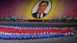 Phenjan, 2018. október 25.Táncosok Kim Ir Szen néhai észak-koreai vezető óriásportréja előtt a Dicsőséges ország elnevezésű tömegjátékon a phenjani Rungnado Május Elseje Stadionban 2018. október 25-én. Észak-Koreában nagy népszerűségnek örvendnek az úgy nevezett tömegjátékok, ahol a közel egy hetes rendezvényen a gimnasztikától táncig a legkülönbözőbb látványos és összehangolt előadásokat láthatják a nézők, melyek a Kim Dzsong Il vezette Koreai Munkáspárt forradalmát dicsőítik.MTI/AP/Dita Alangkara