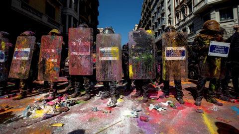 Barcelona, 2018. szeptember 30.Rohamrendőrök festékkel borított felszerelései a rendőrök és katalán szeparatista tüntetők összecsapása közben Barcelonában tartott tömegtüntetéseken, két nappal a tavaly októberi katalán függetlenségi népszavazás egyéves évfordulója előtt 2018. szeptember 29-én. Az összesereglett mintegy 6000 szeparatista közül számosan színes port tartalmazó zacskókkal és tojásokkal hajigálták a rendőröket, s erőszakkal próbáltak áttörni sorfalukon, hogy összecsapjanak az ellentüntetőkkel. (MTI/EPA/enrich Fontcubierta)