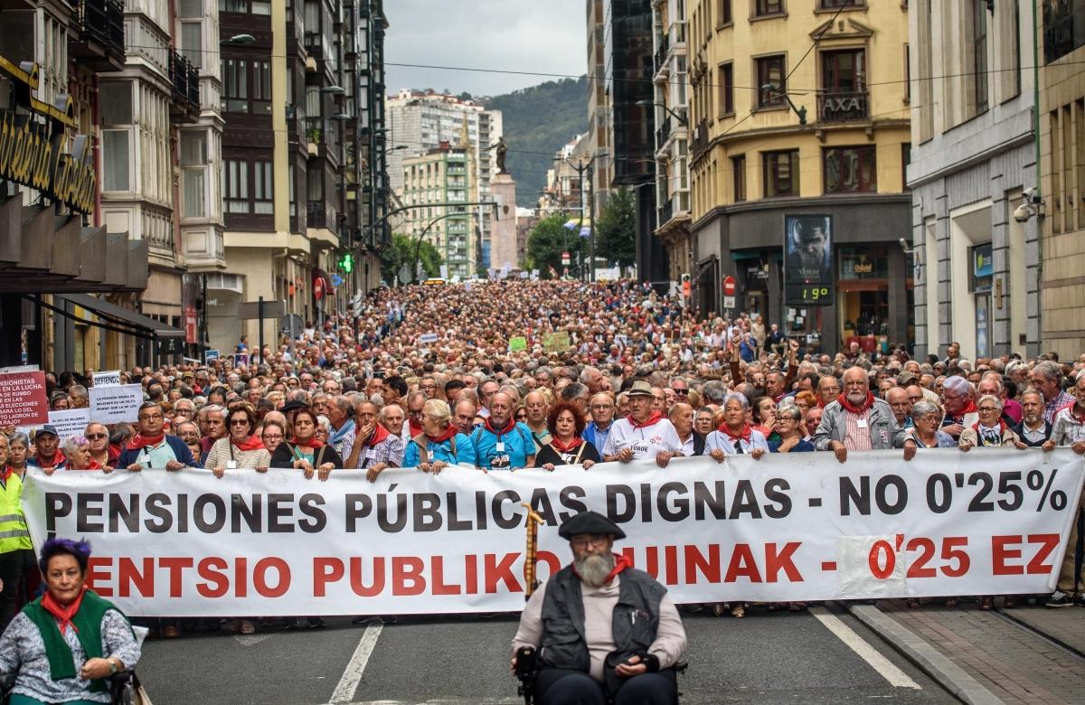 Bilbao, 2018. október 1. Tüntetõk vonulnak a spanyol kormány nyugdíjreformját ellenzõ országos szakszervezeti megmozduláson Bilbaóban 2018. október 1-jén. (MTI/EPA/Javier Zorilla)