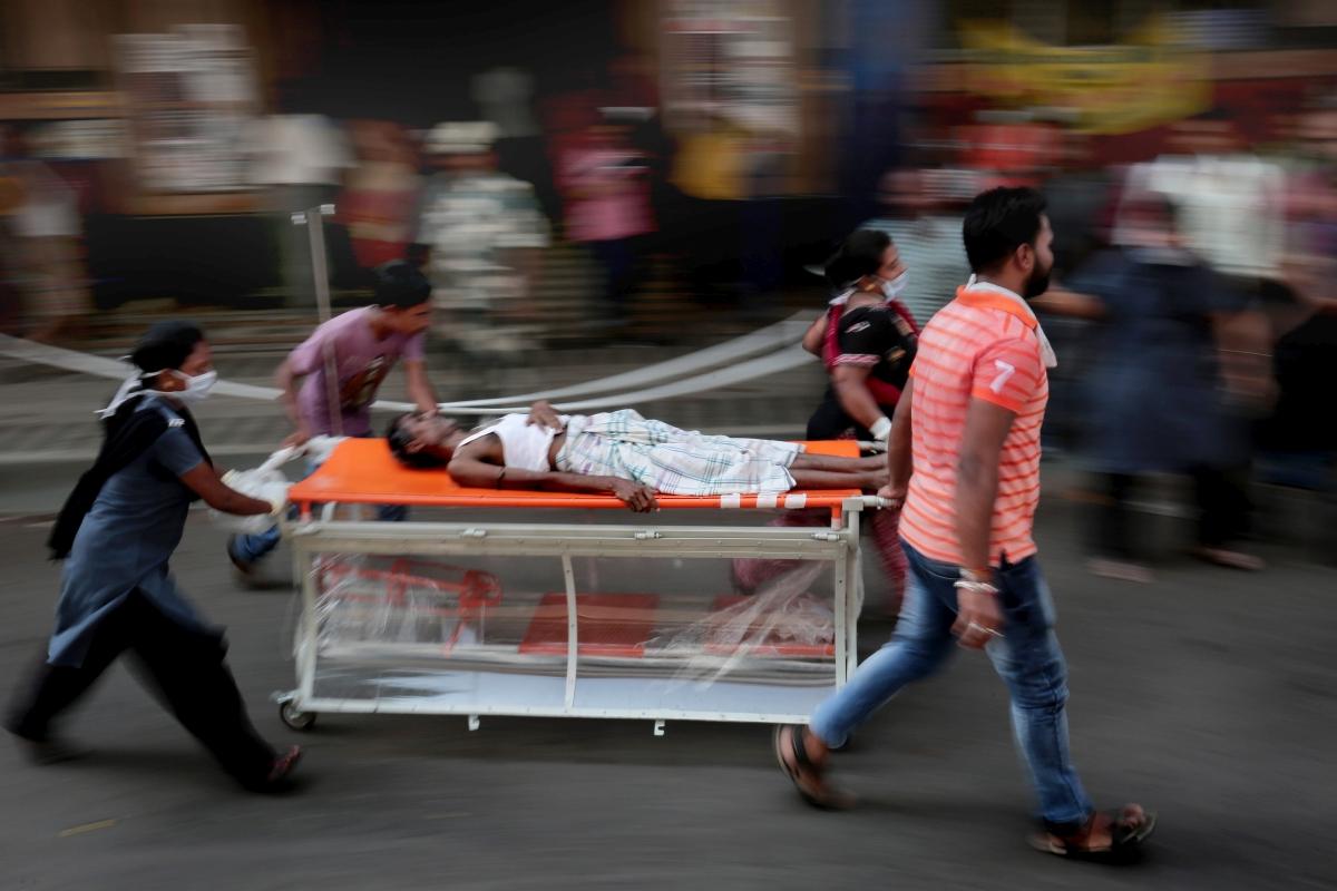 Kolkata, 2018. október 3. Az egyik beteget mentik ki a kolkatai Orvosi Fõsikola és Kórház épületébõl 2018. október 3-án. Az állami iskola gyógyszertárában keletkezett tûz miatt mintegy 250 beteget kellett kimenekíteni, áldozatokról, sebesültekrõl nem érkezett jelentés. (MTI/EPA/Pijal Adhikari)