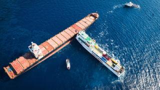 Földközi-tenger, 2018. október 9.Egy tunéziai és egy ciprusi teherhajó a Földközi-tengeren, a francia Korzika szigetétől északra 2018. október 8-án, az összeütközésük másnapján. A francia és olasz hatóságok a baleset miatt a tengerbe ömlő üzemanyag terjedésének megállításán dolgoznak. (MTI/EPA/Francia haditengerészet/Alexandre Groyer)