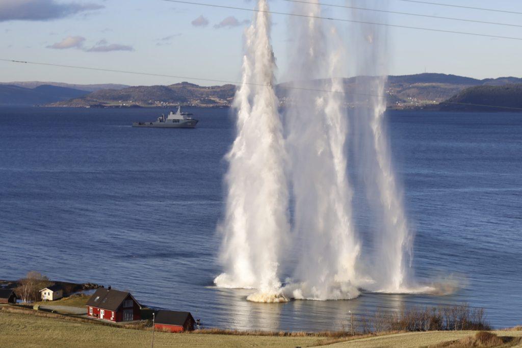 Trondheim, 2018. október 30. Tengerbe csapódó lövedékek vízoszlopai a Trident Juncture 2018 fedõnevû hadgyakorlaton a norvégiai Trondheim közelében 2018. október 30-án. A 31 ország 50 ezer katonájának részvételével október 25. és november 23. között tartott mûvelet az utóbbi évek legnagyobb NATO-hadgyakorlata. A 29 szövetséges ország mellett a nem NATO-tag Svédország és Finnország vesz részt a nagyszabású katonai akcióban. MTI/EPA/Gorm Kallestad
