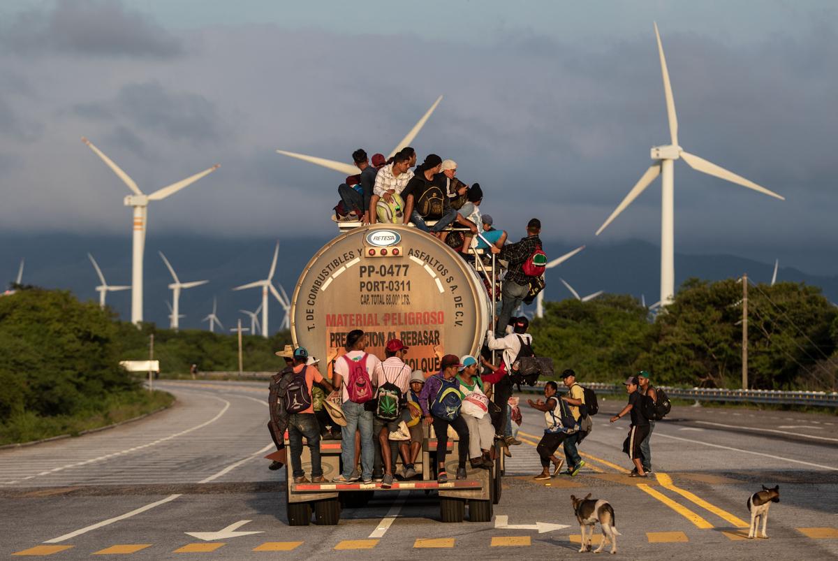 Főleg hondurasi menekültek egy teherautó tetetjén Oaxanca megyében Mexikóban. Az amerikai-mexikói határ felé gyalogló több ezer emberből, főként hondurasiakból és salvadoriakból álló menekültkaraván október 13-án indult útnak. A Pentagon első körben 5200 irányít a határ őrzéséreFotó: Guillermo Arias / AFP
