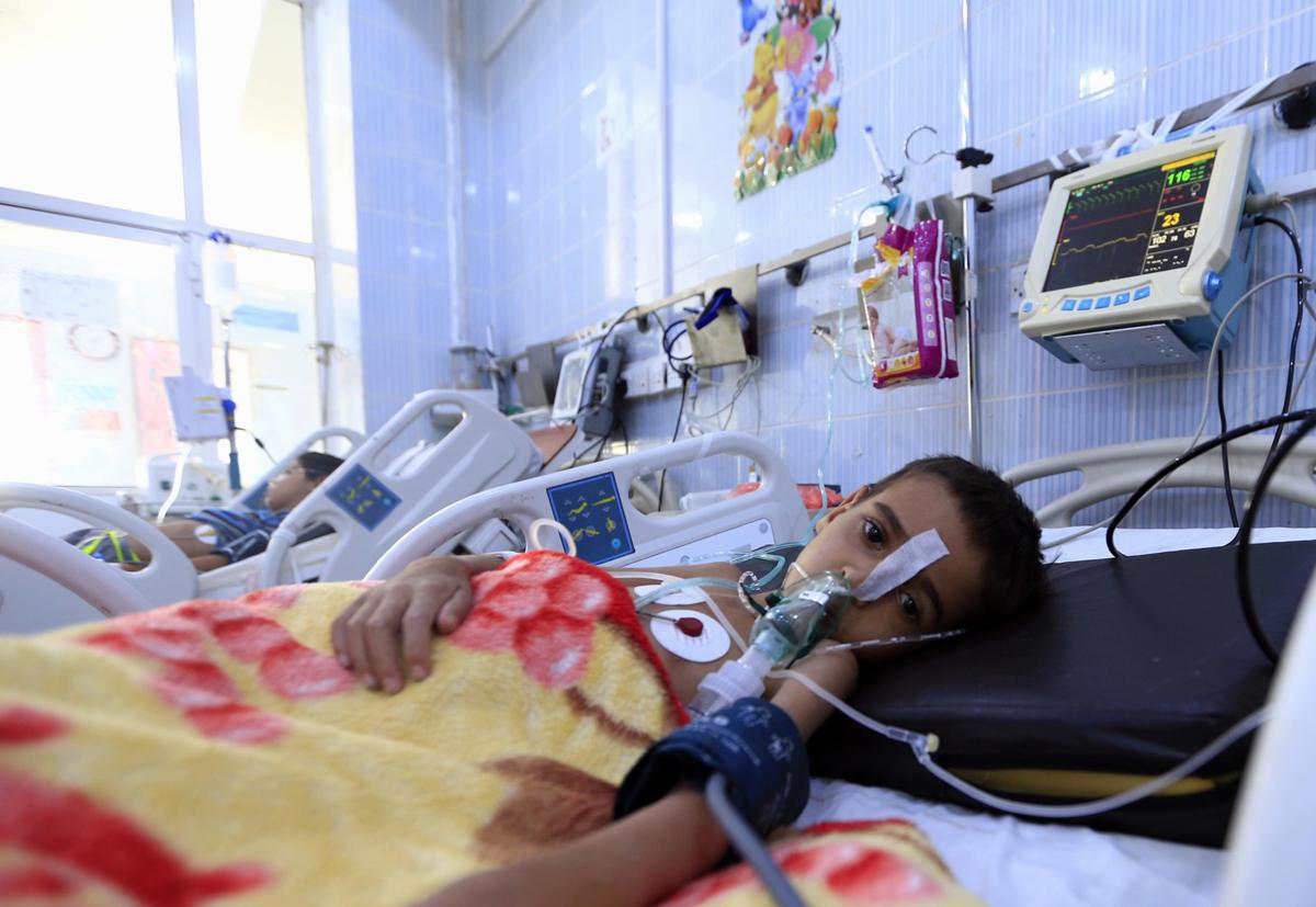 Diftériával fertőzött jemeni gyerekek egy szanaai kórházban. A nélkülözés miatt gyorsan terjed a diftéria a gyerekek közt a polgárháború sújtotta közel-keleti országban, ahol az elmúlt két hónapban közel 360 esetben jelentettek fertőzést, amely huszonhat esetben halálos kimenetelű voltFotó: Mohammed  Huwais  / AFP