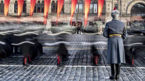 Orosz kadétok vonulnak a II. világháborúban vívott moszkvai csata 77. évfordulóján tartott megemlékezésen a moszkvai Vörös téren 2018. november 7-én. 1941-ben ezen a napon a Vörös téren tartott díszszemléről egyenesen a csatatérre vitték harcolni a felvonuló katonákat. A Szovjetunió ellen támadó német hadsereg a II. világháború során a Moszkva környéki ütközetsorozatban szenvedte el első vereségét.. (Photo by Mladen ANTONOV / AFP)