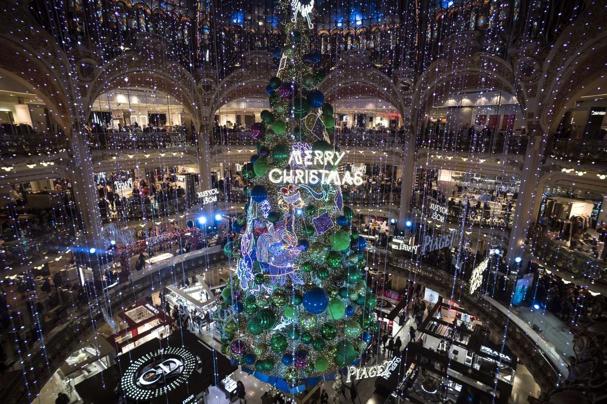 Hatalmas stilizált karácsonyfa a Galeries Lafayette aulájában a párizsi luxusáruház karácsonyi dekorációjának bemutatóján 2018. november 7-én.. (Photo by Lionel BONAVENTURE / AFP)