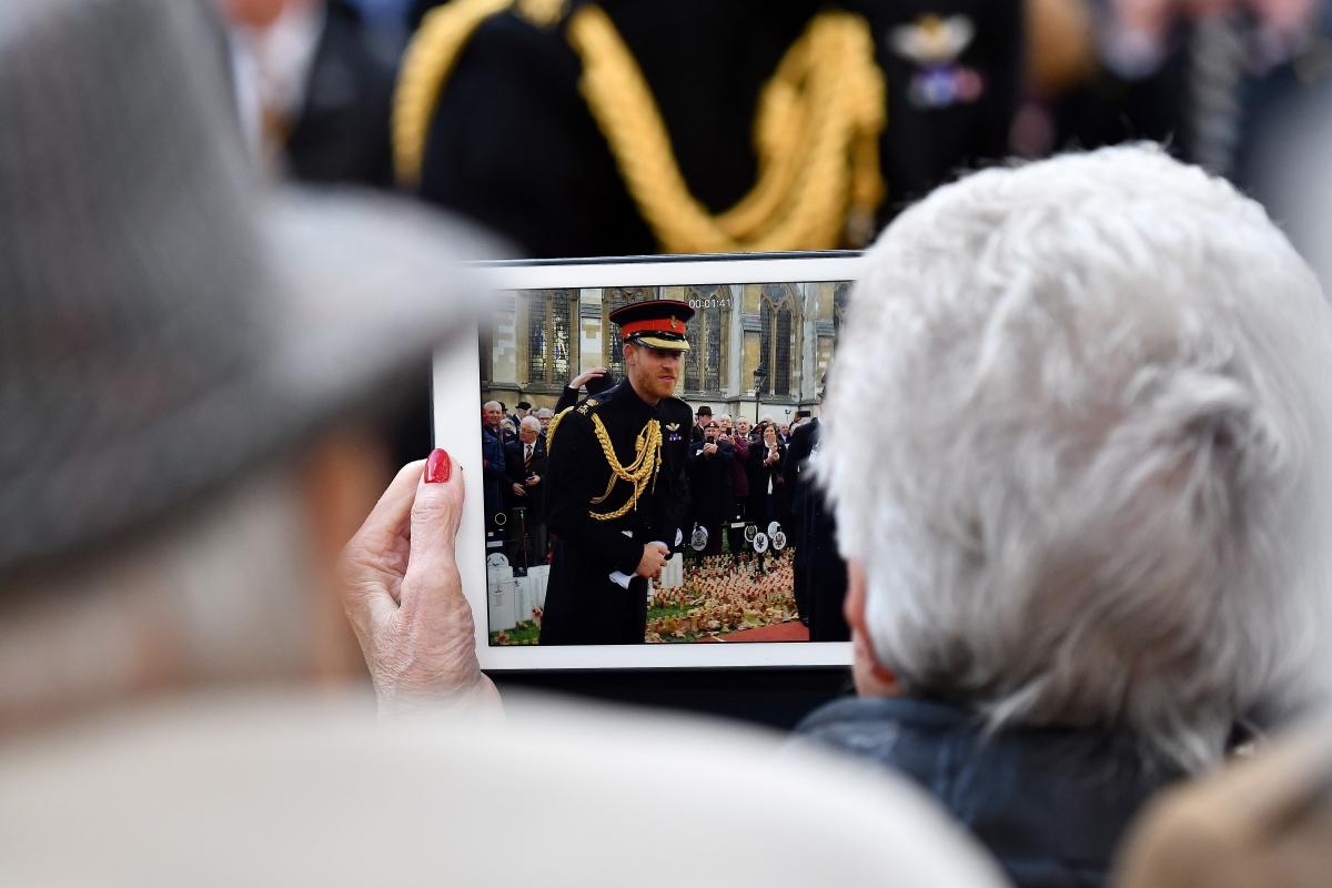 Harry sussexi herceg, a brit trónörökös másodszülött fia tiszteleg a háborúkban elesetteket jelképező, vörös pipacsok mellett a londoni Westminster apátságnál tartott megemlékezésen 2018. november 8-án, három nappal az első világháborút lezáró, compiegne-i fegyverszüneti egyezmény aláírásának évfordulója előtt. (Photo by Ben STANSALL / AFP)