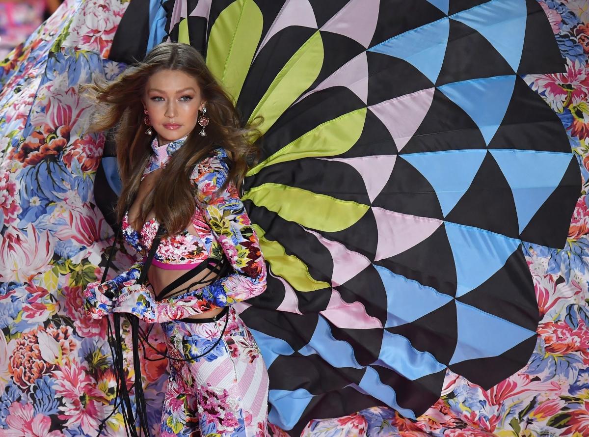 US model Gigi Hadid brit modell a Victoria's Secret amerikai fehérneműgyártó cég New York-i divatbemutatóján 2018. november 8-án.(Photo by Angela Weiss / AFP)