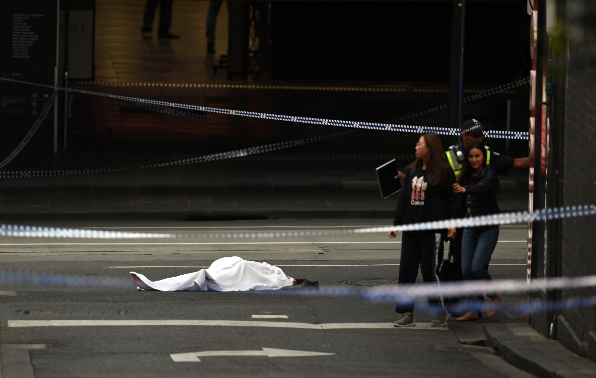 Letakart holttest az ausztráliai Melbourne üzleti negyedében 2018. november 9-én, miután egy férfi gépkocsijával belerohant egy bevásárlóközpont épületébe, felgyújtotta az autót, majd késsel támadt a járókelőkre, és nekirontott a helyszínre érkező rendőröknek. A támadó három járókelőt megszúrt, egyikük a helyszínen belehalt sérüléseibe. A férfit meglőtték és őrizetbe vették (Photo by WILLIAM WEST / AFP)