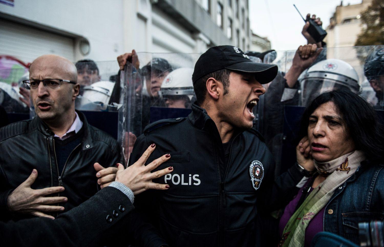 Rohamrendőr felvonulókkal kiabál a nők elleni erőszak megszüntetésének világnapján, 2018. november 25-én tartott isztambuli megmozduláson. Az ENSZ Közgyűlése 1999-ben nyilvánította november 25-ét a nők védelmének napjáv(Photo by BULENT KILIC / AFP)