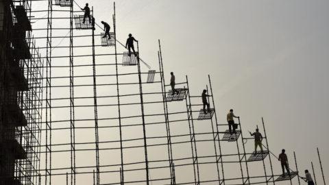 Greater Noida, 2018. november 23.Acél állványzaton dolgozó építőipari munkások az indiai Greater Noida városban 2018. november 22-én.MTI/AP/R. S. Iyer