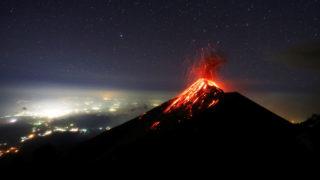 Acatenango, 2018. november 29.A Fuego tűzhányó forró lávát lövell ki kráteréből a guatemalai Acatenangóból nézve 2018. november 28-án.MTI/EPA/EFE/Esteban Biba