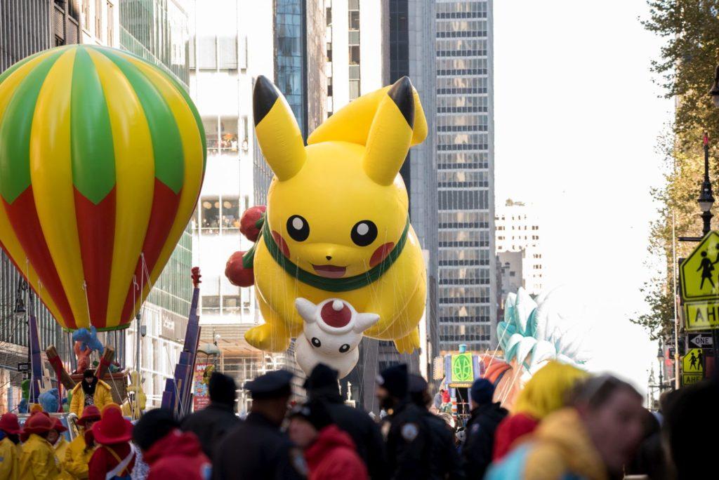 A legismertebb Pokémonnak, Pikachunak az óriásfigurája lebeg a magasban a Macy's áruház hálaadásnapi parádéján New Yorkban 2018. november 22-én.  (Photo by Noam Galai/FilmMagic)