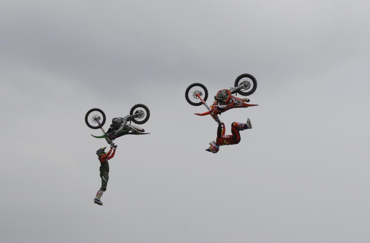 Milánó, 2018. november 8. Motorosok légi akrobatikai bemutatója az évenkénti Milánói Motorszalonon (EICMA) 2018. november 8-án. Az 1914 óta rendezett nemzetközi motoros szemle az idén november 6-tól 11-ig tart az északolasz nagyvárosban. MTI/AP/Luca Bruno