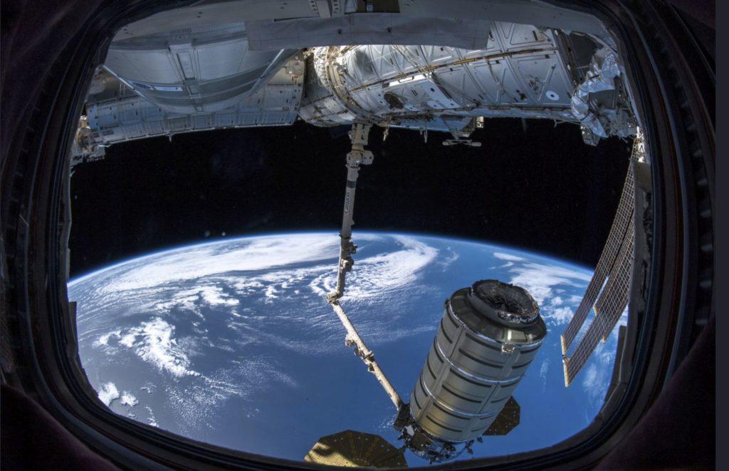 Világûr, 2018. november 19. A Cygnus amerikai teherûrhajó rakománya érkezik a Föld körül keringõ Nemzetközi Ûrállomásra 2018. november 19-én. Az ûrállomáson szolgálatot teljesítõ Serena Aunon-Chancellor robotkarok segítségével csatolta a két napja a NASA ûrközpontjából, a Virginia állambeli Wallops-szigetrõl útjára indított rakományt az állomáshoz. MTI/AP/ESA/NASA/Alexander Gerst