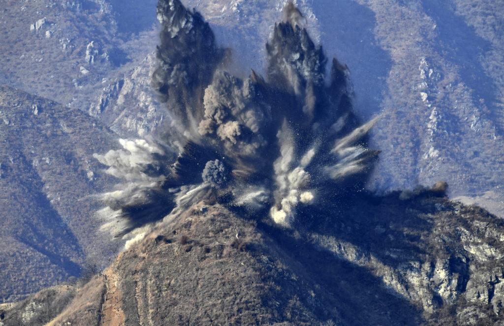 Észak-Korea, 2018. november 20.A dél-koreai védelmi minisztérium által közreadott, a déli oldalról készített felvételen phenjani utasításra felrobbantanak egy észak-koreai katonai őrhelyet 2018. november 20-án. A dél-koreai védelmi minisztérium szerint az észak-koreai rezsim a nap folyamán a saját katonai posztjaiból tízet megsemmisített a két Koreát elválasztó határ mentén, a dél-koreai oldalon pedig ugyanennyi állás felrobbantását kezdték meg a napokban a szöuli és a phenjani vezetés között szeptemberben létrejött megállapodás nyomán.MTI/AP