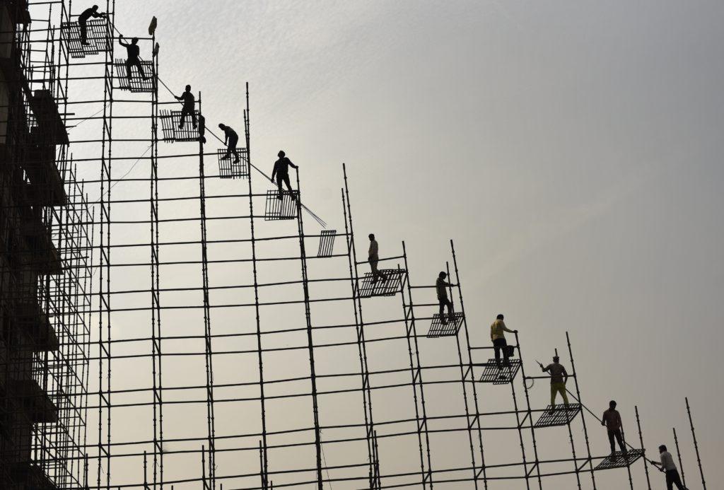 Greater Noida, 2018. november 23. Acél állványzaton dolgozó építõipari munkások az indiai Greater Noida városban 2018. november 22-én. MTI/AP/R. S. Iyer