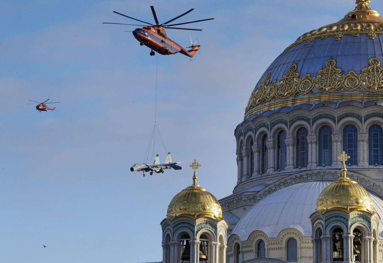 Kronstadt, 2018. november 27. Mi-26-os katonai helikopter szállít egy Szu-27-es vadászrepülõgépet a Szentpétervár közelében fekvõ Kronstadtba 2018. november 27-én. A gép, miután teljes felújítást végeznek rajta a kikötõvárosban megépülõ hadtörténeti park egyik látványossága lesz. MTI/AP/Dmitrij Loveckij