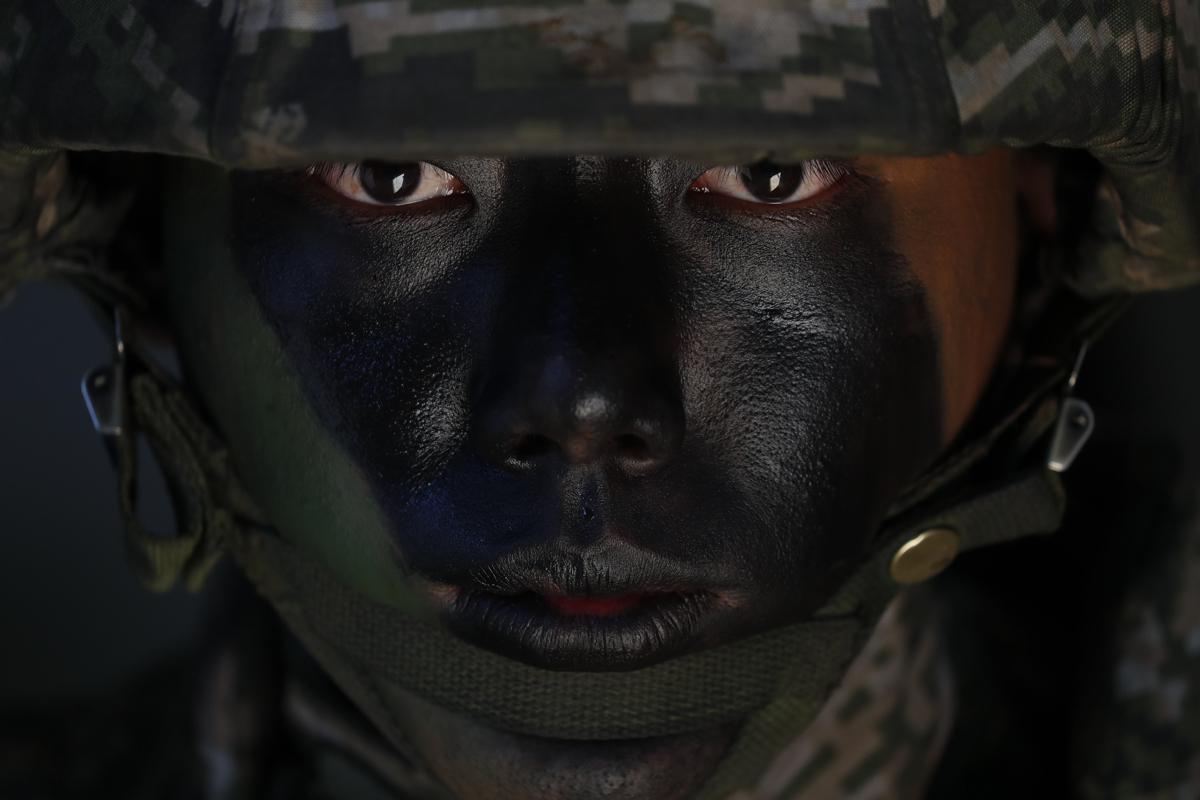 Dél-koreai haditengerész az Észak-Koreával határos dél-koreai Jonpjong-szigeten rendezett hadgyakorlaton. Szöuli védelmi források ezen a napon úgy nyilatkoztak, hogy a két Korea hadseregei mostantól tartózkodnak minden ellenséges tevékenyégtől a közös határövezetben, mind a szárazföldön, mind a tengeren és a levegőben - ez része kölcsönös bizalomerősítő intézkedéseiknek, amelyekről a szeptemberi kétoldalú csúcstalálkozón állapodtak megFotó:Dzson Hon Kjun / EPA / MTI