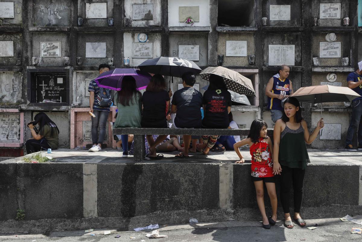 Mindenszentek és az azt követő halottak napja alkalmából hozzátartozóik nyughelyét keresik fel emberek a Manilától keletre fekvő Quezon temetőjében Fotó: Rolex Dela Pena / EPA / MTI