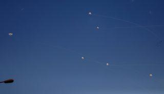 Jad Mordecsaj kibuc, 2018. november 13. Az izraeli Vaskupola légvédelmi rendszer elfogórakétái a Gázai övezet határvidékén levõ Jad Mordecsaj zsidó kibuc felett 2018. november 13-án. Az elmúlt egy napban több száz rakétát indítottak a palesztin Gázai övezetbõl izraeli településekre, Izrael válaszlépésként csapást mért a Gázai övezetet ellenõrzõ Hamász radikális iszlamista szervezet célpontjaira. MTI/EPA/Atef Szafadi