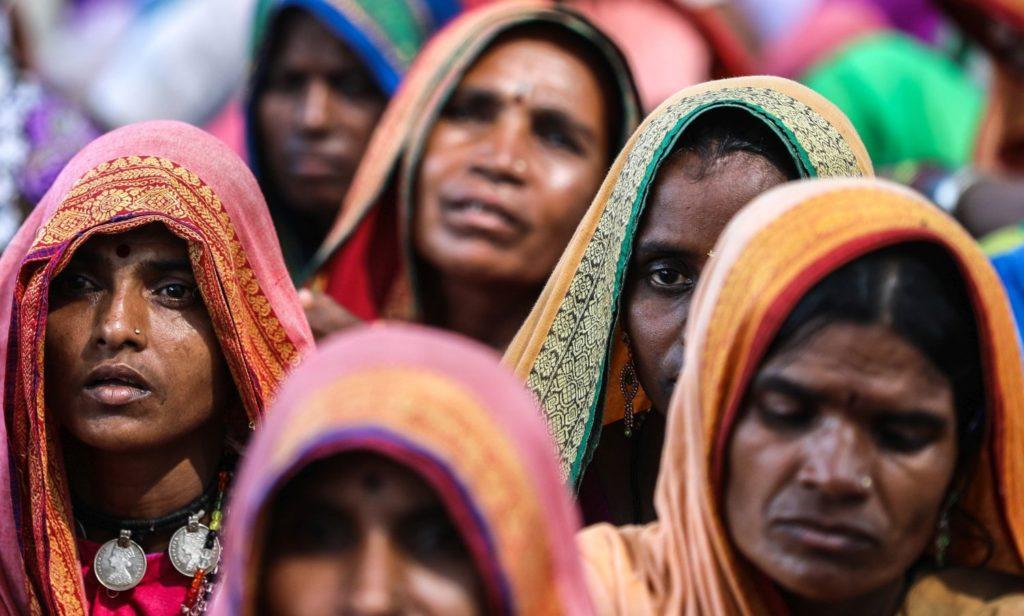 Mumbai, 2018. november 22. Indiai vidéki földmûvesek tüntetnek Mahárástra szövetségi állam fõvárosában, Mumbaiban 2018. november 22-én. Mintegy tízezer gazdálkodó gyûlt össze az állam különbözõ részeirõl, hogy követeljék az erdõk földhasználati jogának tisztázását és a megfizetetlen mezõgazdasági kölcsönök elengedését. Az indiai kormány 2008-ban mezõgazdasági adósságkönnyítési programot (ADWDRS) alkotott az ágazat eladósodott termelõi számára, hogy felmentse õket a kereskedelmi bankok, regionális pénzintézetek és szövetkezeti hitelintézetek által 1997 és 2007 között folyósított, lejárt mezõgazdasági kölcsönök visszafizetése alól. A program a kistermelõk és úgynevezett marginális gazdálkodók esetében az általuk felvett kölcsön teljes összegét megtéríti, míg az egyéb kategóriába esõ gazdákat a kölcsönösszeg 75 százalékának visszafizetésére kötelezi. MTI/EPA/Divjakant Szolanki