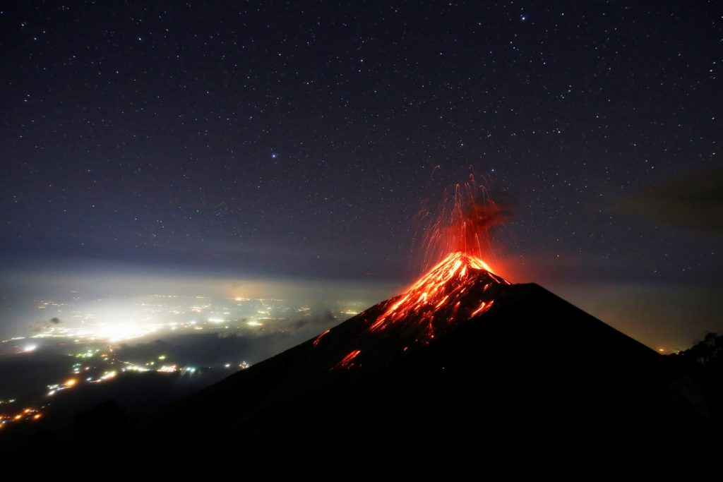 Acatenango, 2018. november 29. A Fuego tûzhányó forró lávát lövell ki kráterébõl a guatemalai Acatenangóból nézve 2018. november 28-án. MTI/EPA/EFE/Esteban Biba