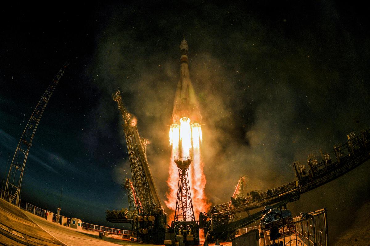 A Szojuz-FG hordozórakétával összekapcsolt Szojuz MSz-11 orosz űrhajó a levegőbe emelkedik a kazahsztáni Bajkonur orosz űrközpontjában. Az űrjárművel Anne McClain, a NASA amerikai asztronautája, valamint Oleg Kononyenko, a Roszkozmosz orosz és David Saint-Jacques, a Kanadai Űrügynökség (CSA) űrhajósa a Föld körül keringő Nemzetközi Űrállomásra indul az 58-59-es expedíció keretébenFotó:Kirill  Kudryavtsev / AFP