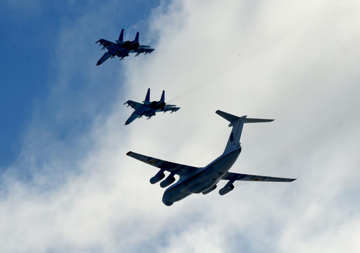 Két ukrán Szu–27-es vadászgép kíséri a Kelet-Ukrajnába vezényelt ukrán ejtőernyősöket szállító Il-76-os teherszállító repülőgépet a Kijevtől mintegy 120 km-re nyugatra fekvő Zsitomir közelében lévő katonai támaszponton. Petro Porosenko ukrán elnök javaslatára november 28-tól hadiállapotot vezettek be 30 napra tíz ukrán megyében a Kercsi-szorosnál történt orosz agresszió miatt Fotó: Sergei Supinsky / AFP