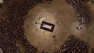 Washington, 2018. december 4.George H. W. Bush korábbi amerikai elnök nemzeti lobogóval letakart koporsója a washingtoni kongresszus kupolatermében (Rotunda) felállított ravatalon 2018. december 4-én. George H. W. Bush, aki az Egyesült Államok 41. elnöke volt 1989-től 1993-ig, 2018. november 30-án, 94 éves korában hunyt el texasi otthonában.MTI/EPA/Pool/Morry Gash