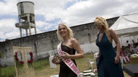 Rio de Janeiro, 2018. december 5.A szépségkirálynőnek választott, 25 éves elítélt, Veronica Verone (b) egyik társnőjével a Rio de Janeiró-i Talavera Bruce fegyintézetben büntetésüket töltő rabok számára 13. alkalommal megrendezett szépségverseny után 2018. december 4-én. A börtön vezetősége szerint a szépségverseny megrendezése jót tesz a fogvatartottak önbecsülésének, cselekvésre ösztönöz és elősegíti a beilleszkedést.MTI/AP/Silvia Izquierdo