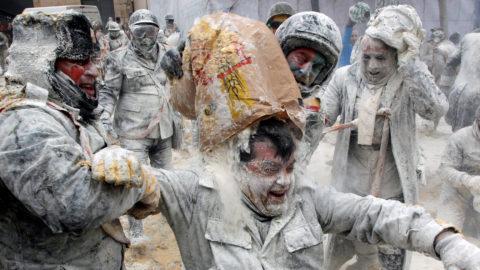 Ibi, 2018. december 28.A hagyományos Els Enfarinats fesztivál katonaruhába öltözött résztvevői tojással és liszttel dobálva egymást jelképes harcot vívnak a város elfoglalásáért a kelet-spanyolországi Alicante város közelében lévő Ibiben 2018. december 28-án.MTI/EPA/EFE/Morell