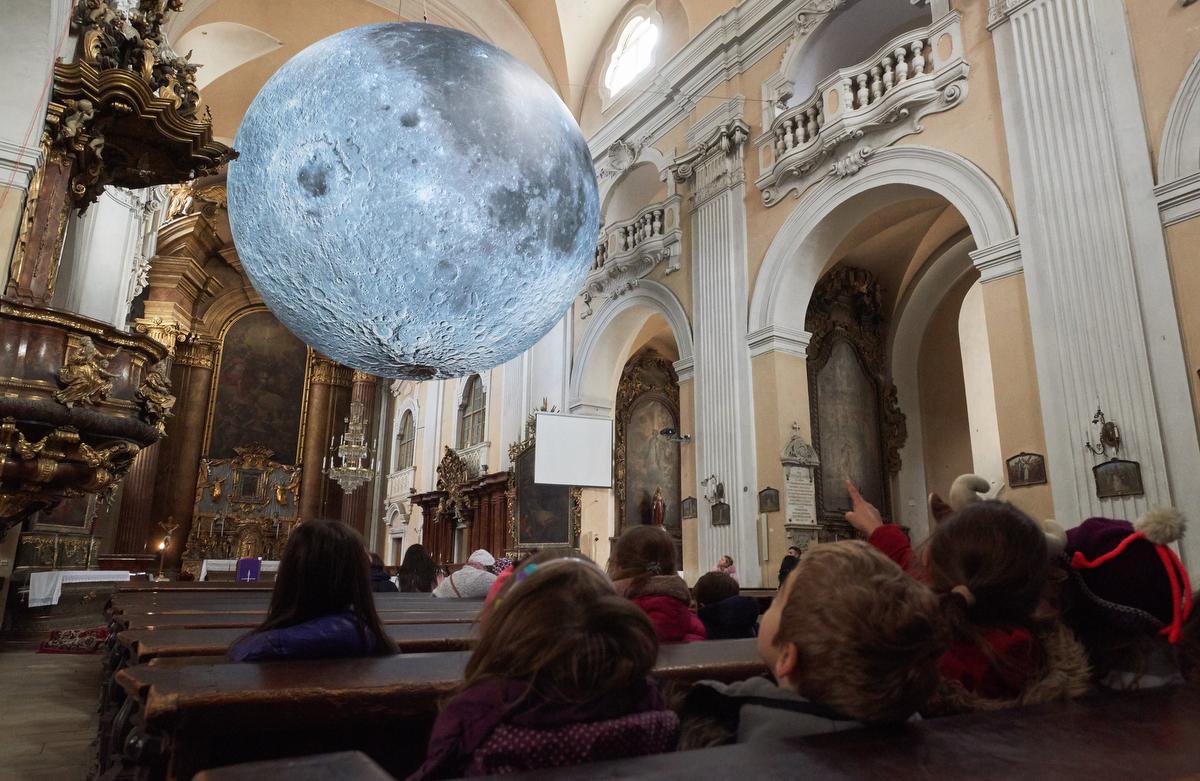 Luke Jerram brit művész Musem of the Moon (A Hold múzeuma) című installációja a kolozsvári piarista templomban. A Hold felszínéről készített felvételekből összeállított, hét méter átmérőjű alkotás december 14-ig tekinthető meg a köztéri fényinstallációkat bemutató Lights ON projekt keretében.Fotó: Biró István / MTI