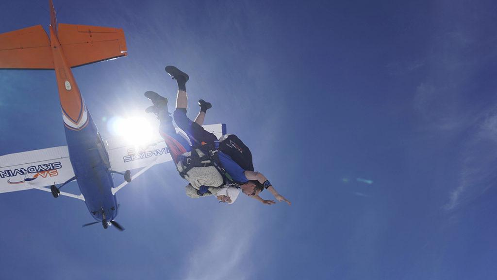 Langhorne Creek, 2018. december 12.2018. december 8-án készült fotó a világ legidősebb női ejtőernyős ugrójáról, a 102 éves ausztrál Irene O'Shea-ról (alul) a levegőben Langhorne Creek ausztrál város felett. Irene O'Shea-nak ez a harmadik ugrása, amellyel beírta magát a rekordok könyvébe. Először 100 évesen ugrott, majd 101 éves korában azért, hogy felhívja a figyelmet a motoneuron (MND  idegrendszeri betegségre, amelyben lánya is szenvedett halála előtt.MTI/AP/SA Skydiving