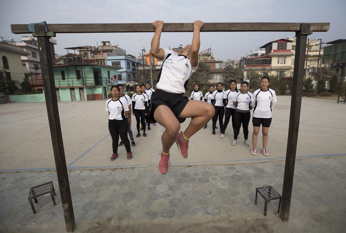 Katonai pályára készülő fiatal nepáli nők erőnléti edzésen vesznek részt a Salute Gurkha magánintézetben, Katmanduban. Országszerte több száz, 18 és 21 életév közötti nő kezdett nyolc hónapos magánképzési programot, mert a brit hadseregben szolgáló nepáli gurkhák elitalakulata felvételt hirdetett nők számára, és ezzel 2020-ban először vesznek fel női újoncokat a több mint kétszáz éve létező alakulatba. A londoni kormány 1947 óta toboroz nepáli fiatalokat a brit hadseregbe.Fotó:Narendra Sresztha/EPA/MTI