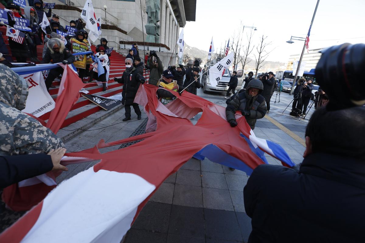 Dél-koreai tüntetők Kim Dzsong Un észak-koreai vezető tervezett dél-koreai látogatása ellen tiltakoznak Szöulban Fotó: Dzson Hon Kjun / EPA / MTI