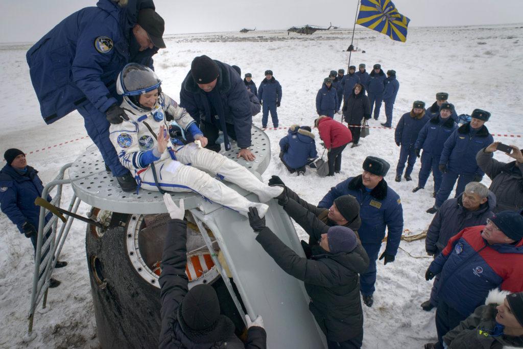 Dzsezkazgan, 2018. december 20.A NASA által közreadott képen Serena Aunon-Chancellor amerikai űrhajóst kisegítik a kapszulából a Roszkozmosz Orosz Szövetségi Űrügynökség munkatársai, miután földet ért a Szojuz MSz-09-es űrhajó leszállóegysége Aunon-Chancellorrel, valamint Szergej Prokopjev orosz és Alexander Gerst német űrhajóssal a fedélzetén a kazahsztáni sztyeppén, Dzsezkazgan térségében 2018. december 20-án. A három asztronauta a Föld körül keringő Nemzetközi Űrállomásról tért vissza a Földre.MTI/EPA/NASA/Bill Ingalls/ HANDOUT
