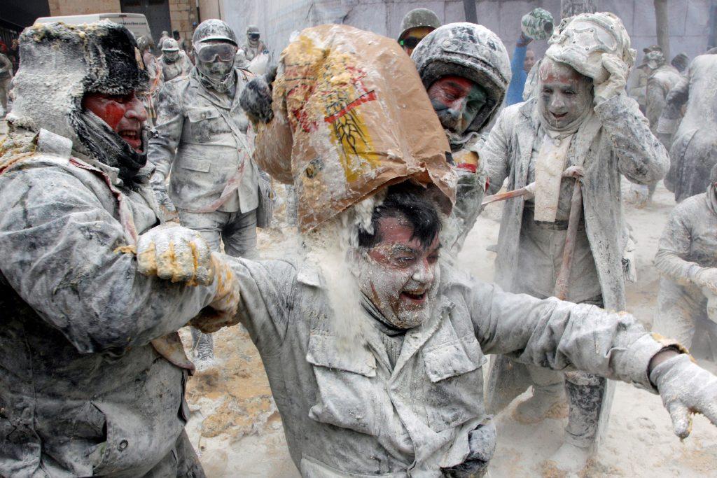 Ibi, 2018. december 28. A hagyományos Els Enfarinats fesztivál katonaruhába öltözött résztvevõi tojással és liszttel dobálva egymást jelképes harcot vívnak a város elfoglalásáért a kelet-spanyolországi Alicante város közelében lévõ Ibiben 2018. december 28-án. MTI/EPA/EFE/Morell