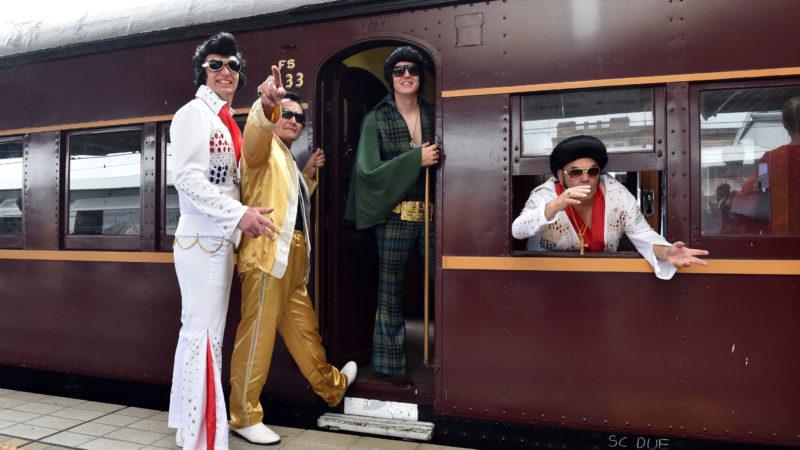 Sydney, 2019. január 10.Elvis-imitátorok szállnak fel a Blue Suede Express nevű különvonatra az indulás előtt a Sydney-i főpályaudvaron 2019. január 10-én. Az Elvis Express és a Blue Suede Express zarándokvonatok a néhai amerikai énekes rajongóinak évente rendezett fesztiváljára indulnak az új-dél-walesi Parkes városba. A fesztivált rendszerint a kulturális ikon január 8-i születésnapjára időzítik.MTI/EPA/AAP/Mick Tsikas