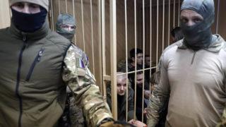Moszkva, 2019. január 15.Ukrán haditengerészek a moszkvai Lefortovszkij kerületi bíróságon 2019. január 15-én. A bíróság április 24-ig meghosszabbította nyolc, a Kercsi-szoros közelében lezajlott orosz-ukrán tengeri incidens során elfogott ukrán haditengerész előzetes letartóztatását. November 25-én a Fekete-tengeren, a Kercsi-szoros közelében, az Ukrajnától 2014-ben elcsatolt Krím félsziget partjaitól 13-14 tengeri mérföldre az orosz parti őrség tüzet nyitott három kisebb ukrán hadihajóra, amelyeket elfoglalt, az elfogott 24 főnyi legénység ellen pedig tiltott határátlépés címén eljárást indított.MTI/EPA/Makszim Sipenkov