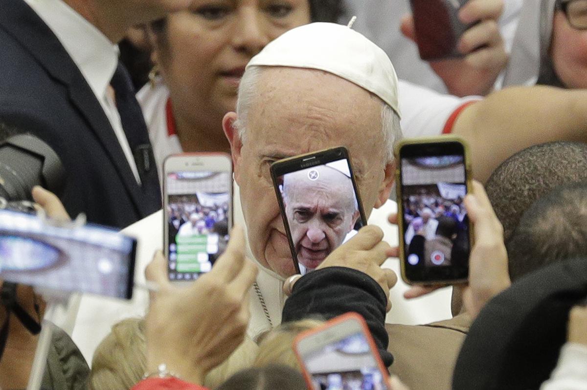 Vatikánváros, 2019. január 9.Hívők fotózzák mobiltelefonjaikkal a heti általános audienciájára érkező Ferenc pápát a Vatikán VI. Pál pápa termében 2019. január 9-én.MTI/AP/Andrew Medichini