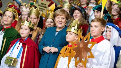 Berlin, 2019. január 7.Angela Merkel német kancellár (k) napkeleti bölcseknek öltözött, a szegények megsegítésére adományokat gyűjtő gyermekeket fogad a berlini kancellárián 2019. január 7-én. A vízkereszt, másnéven háromkirályok vagy epifánia egy keresztény ünnep, a karácsony zárónapja, amelyet január 6-án ünnepelnek.MTI/EPA/Hayoung Jeon