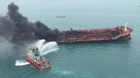 Hongkong, 2019. január 8.A hongkongi kormány sajtószolgálatának felvételén tűzoltóhajó locsolja a vietnami zászló alatt hajózó Aulac Fortune tankert, amelyen tűz ütött ki Hongkong Lamma-szigeténél 2019. január 8-án. A mentőegységek 23 tengerészt kimentettek az olaj- és vegyszerszállításra használt teherhajóról. Az első jelentések szerint legkevesebb egy ember életét vesztette, ketten megsérültek.MTI/EPA