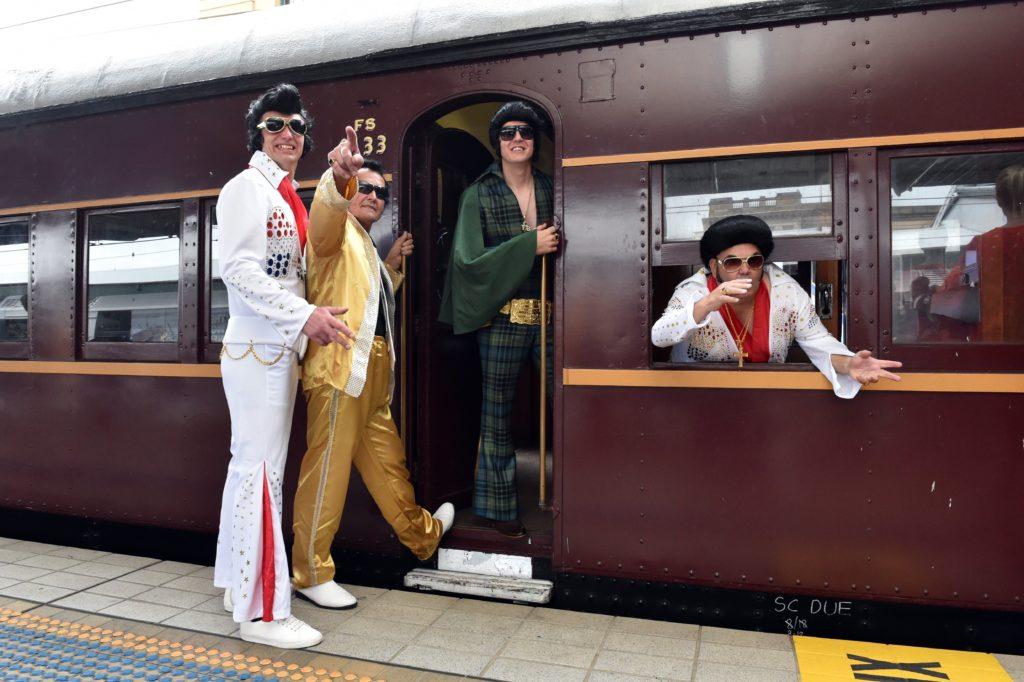 Sydney, 2019. január 10. Elvis-imitátorok szállnak fel a Blue Suede Express nevû különvonatra az indulás elõtt a Sydney-i fõpályaudvaron 2019. január 10-én. Az Elvis Express és a Blue Suede Express zarándokvonatok a néhai amerikai énekes rajongóinak évente rendezett fesztiváljára indulnak az új-dél-walesi Parkes városba. A fesztivált rendszerint a kulturális ikon január 8-i születésnapjára idõzítik. MTI/EPA/AAP/Mick Tsikas