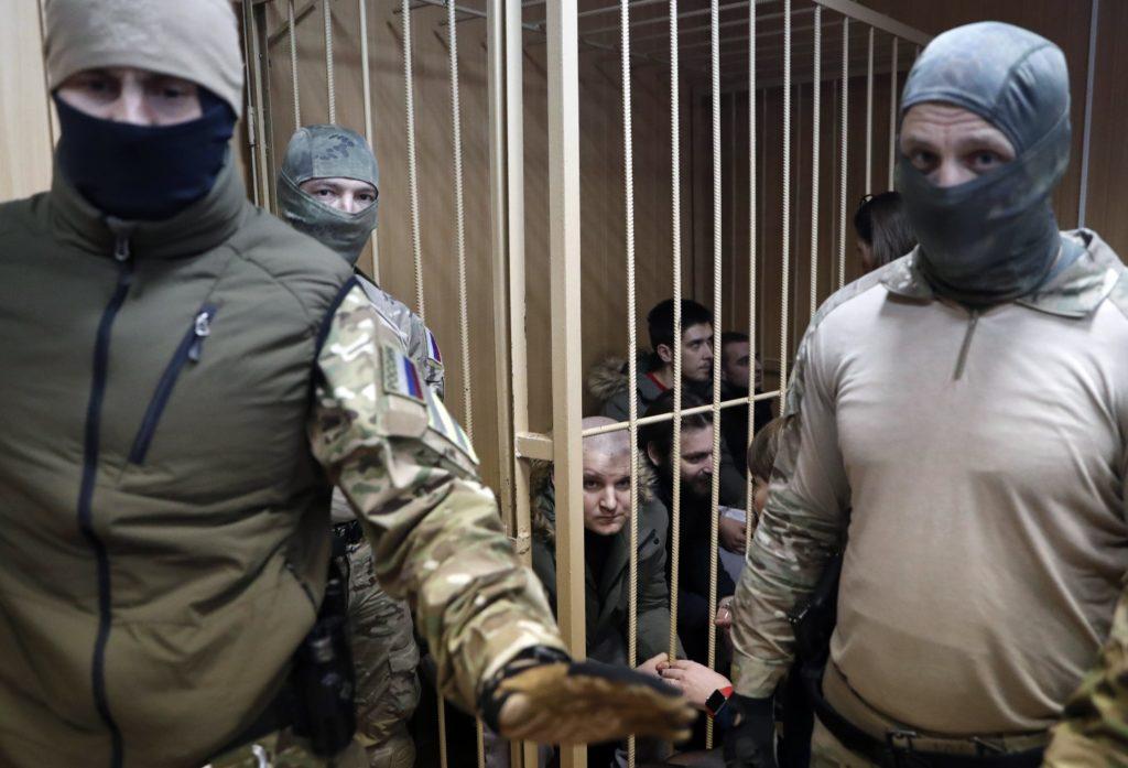 Moszkva, 2019. január 15. Ukrán haditengerészek a moszkvai Lefortovszkij kerületi bíróságon 2019. január 15-én. A bíróság április 24-ig meghosszabbította nyolc, a Kercsi-szoros közelében lezajlott orosz-ukrán tengeri incidens során elfogott ukrán haditengerész elõzetes letartóztatását. November 25-én a Fekete-tengeren, a Kercsi-szoros közelében, az Ukrajnától 2014-ben elcsatolt Krím félsziget partjaitól 13-14 tengeri mérföldre az orosz parti õrség tüzet nyitott három kisebb ukrán hadihajóra, amelyeket elfoglalt, az elfogott 24 fõnyi legénység ellen pedig tiltott határátlépés címén eljárást indított. MTI/EPA/Makszim Sipenkov