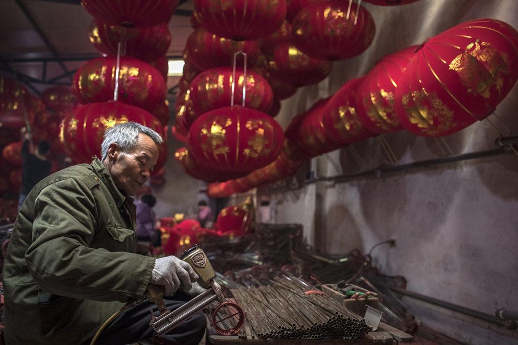 Tuntou, 2019. január 22.A 2019. január 18-i képen hagyományos lampion vázát forrasztja egy férfi a közelgő kínai holdújévre egy magánkézben levő üzemben, az észak-kínai Hopej tartománybeli Tuntou faluban. Tuntou Kína egyik leghíresebb lampionkészítő települése, ahol nagy mennyiségben készítik a bőséget és szerencsét jelképező dekorációt. Az ország nemzeti színeiben készülő piros és aranyszín díszeket az otthonokban, a közintézményekben és az utcán egyaránt használják az ünnepi hangulat megteremtésére. A kínai holdnaptár szerint idén február 5-én köszönt be az új év, amely az állatövek szerint jelölt tizenkét esztendő közül a disznó éve lesz. A kínai újévet, más néven tavaszünnepet nem csupán Kínában, de több kelet-ázsiai országban is megtartják.MTI/EPA/Roman Pilipej