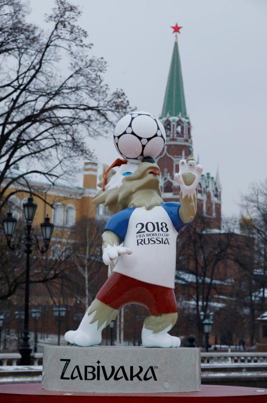 Der Kreml with dem Wolf Zabivaka, Maskottchen der Fussball- WM 2018. Feature / Schmuckbild / Hintergrund / Hintergrundbild.  Fussball: Auslosung zur FIFA- Fussball Weltmeisterschaft 2018 in Moskau, Russland 01.12.2017 -  Football, Draw for the FIFA- World Cup 2018, Moscow , December 01, 2017 |usage worldwide