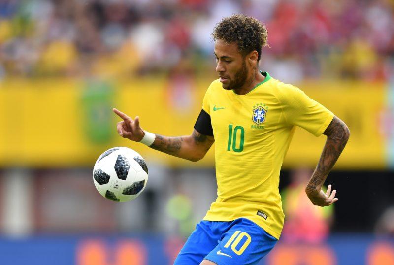 Brazil's forward Neymar eyes a ball during the international friendly footbal match Austria vs Brazil in Vienna, on June 10, 2018. / AFP PHOTO / JOE KLAMAR